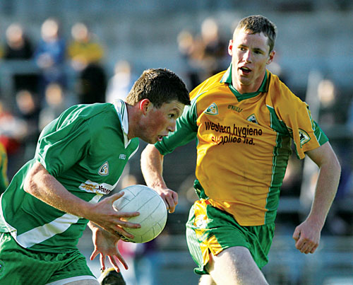Corofin's Greg Higgins tries to close down Moycullen's Gareth Bradshaw in action from the Claregalway Hotel Senior Football Championship quarter-final at Pearse Stadium on Saturday. Photo:-Mike Shaughnessy