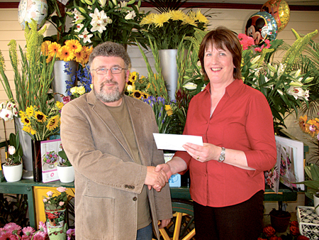 Owen Goonan of the Darling Buds of May presents a €300 cash prize to competition winner Helen Melody.