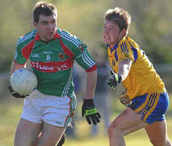 Final time: Mayo's Seamus O'Shea looks to break away from Roscommon's Cathal McHugh in Sunday's FBD League encounter in Ballinlough. Photo: Sportsfile