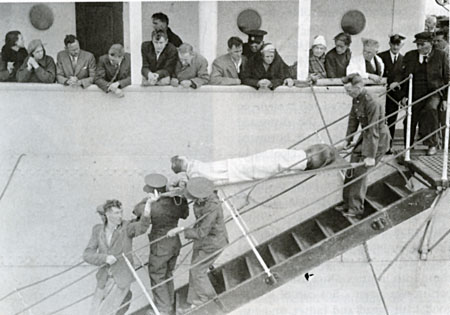 Gently does it: Soldiers carrying one of the ten seriously injured stretcher cases off the Knute Nelson to the tender below.
