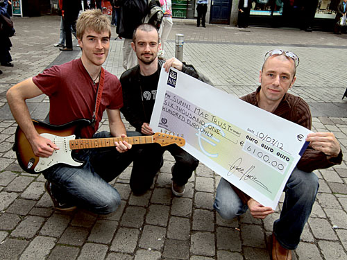 Busker Jamie Harrison of Maree with the cheque for €6,000 which was presented to Paul Hayes and Leighton Morrison of the Sunni Mae Trust.  Leighton is the father of four-year-old  Lily Mae  Morrison who was recently diagnosed with Stage 4 neuroblastoma, a rare form of cancer that affects one in every 100,000 children in Ireland. Photo:-Mike Shaughnessy