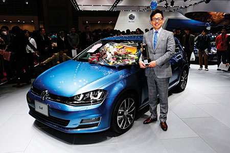 Shigeru Shoji, president of Volkswagen Japan proudly holds the Japan COTY trophy.