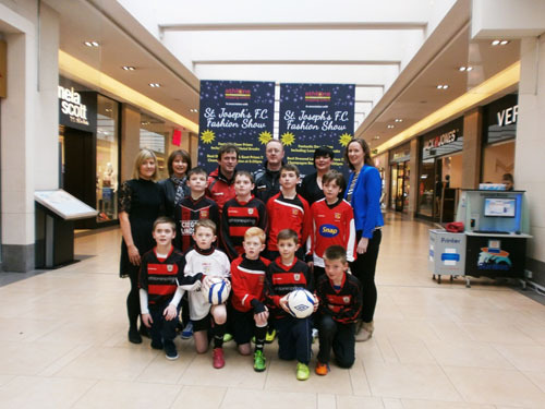 organising committee from St Joseph's FC, Shirley Delahunt of Athlone Towncentre, and players from St Joseph's FC.