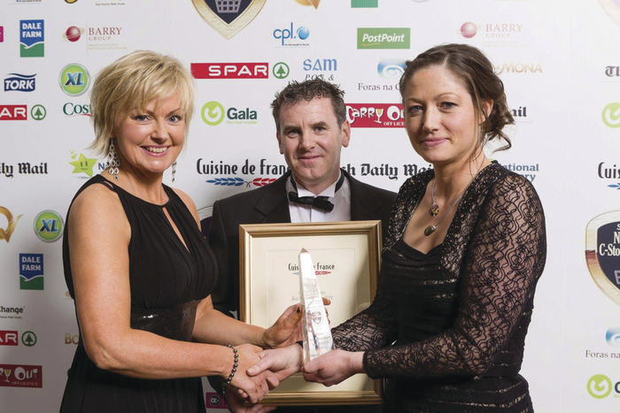 Aisling Kearney, commercial sales manager of Aryzta Food Solutions presents the Cuisine de France Bakery Award 2014 to Joe and Denise Donegan of SPAR Garrycastle, Athlone