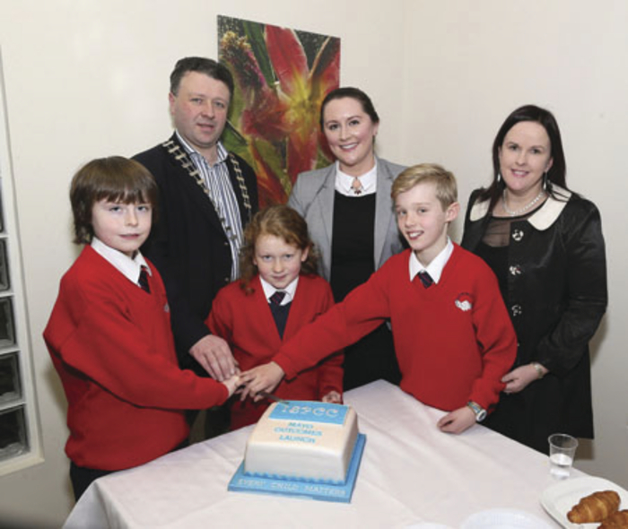 Cathaoirleach Mayo County Council Cllr Damien Ryan, and pupils of Gaelscoil na Cruaiche, Westport, helping to cut the ISPCC Mayo Outcomes Launch Cake. Included are Fiona Jennings ISPCC, and Mairead Ná Ruáin, principal, Gaelscoil na Cruaiche. Photo: Michael Donnelly.