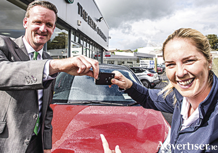 Joanne Murphy receiving the keys to the Renault Captur. Photo by Michal Dzikowski.