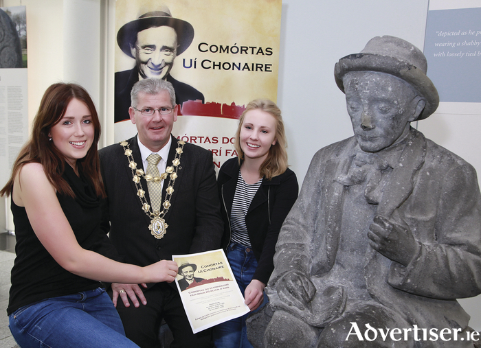 Galway City Mayor Frank Fahy, with Siobhán Ní Dhufaigh and Kelly Ní Mhoráin of Conradh na Gaeilge, at the launch of Comórtas Uí Chonaire, which took place in the Galway City Museum.