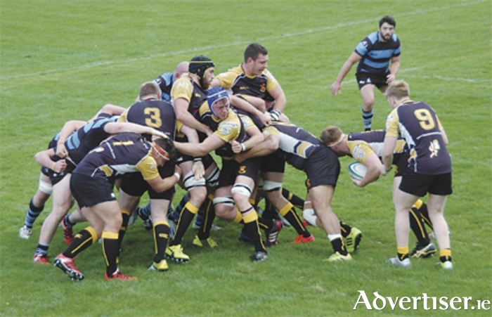 Shane Delahunt in possession as Buccaneers pile on pressure close to the Shannon line