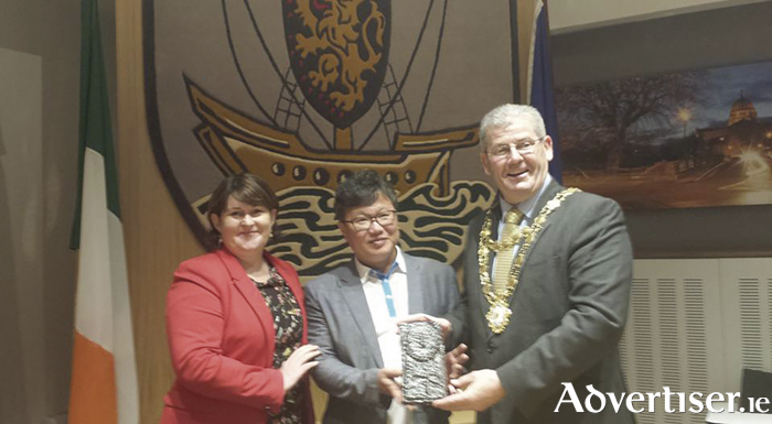 Bríd Ní Chonghóile, Gaillimh le Gaeilge, pictured with Kang, In-Chang, chief producer of KBS, and Mayor Frank Fahy last week.