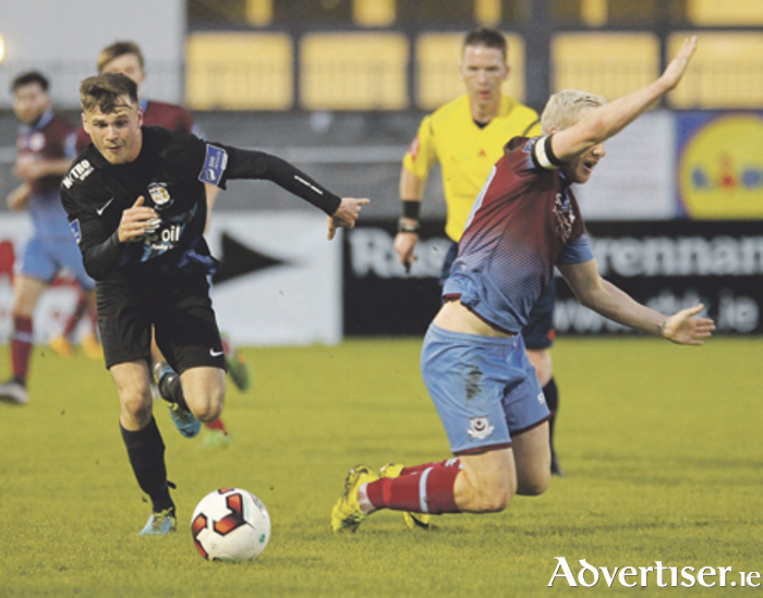 Aidan Byrne shrugs off a challenge from Drogheda captain, Sean Thornton Photo: Ashley Cahill/AC Sports Images