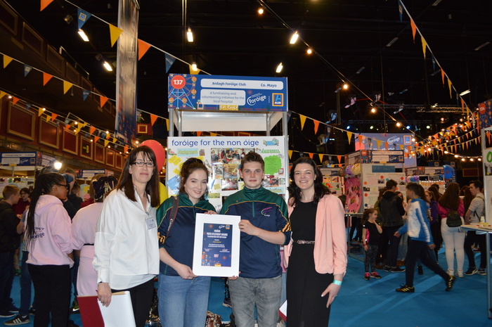Claire Gavigan, Foróige Area Manager and Sinead Donovan, Aldi Ireland present Albhe Kelly and Sean Finan, Ardagh Foróige Club with a certificate