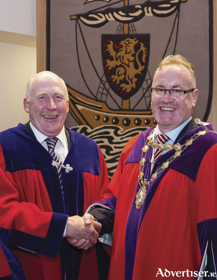 Handing over the chain — Mayor Noel Larkin cngratulates new mayor Pearse Flannery. Pic: Andrew Downes