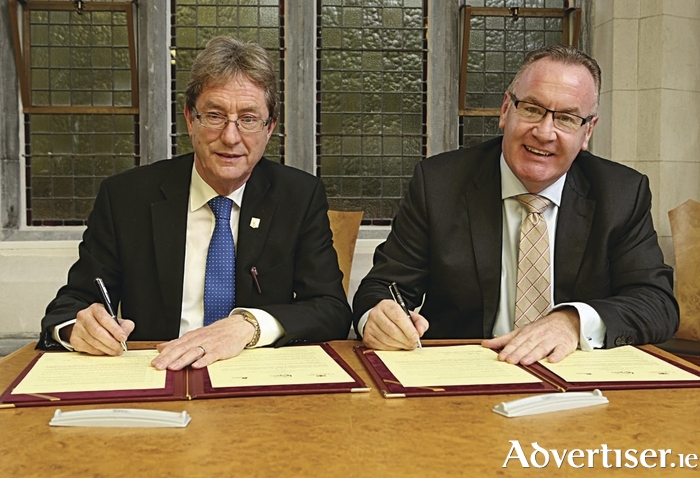 Pictured at he signing of the 'Poitiers Declaration' during the Galway City Council meeting at NUI Galway on Monday: (l-r) Dr Jim Browne, President of NUI Galway and The Mayor of the City of Galway, Councillor Pearce Flannery.