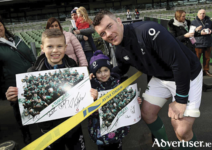 Cousins, Scott and Grace Lowe, meet with Peter O'Mahony during the 'captains run' at the Aviva Stadium