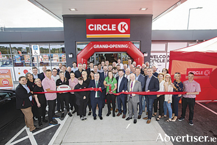 Minister of State, Kevin 'Boxer' Moran formally cuts the ribbon to officially open the new and spacious Circle K Athlone service station located on the M6 between junctions 7 and 8