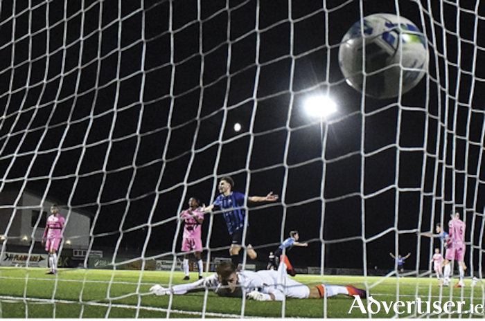 Lee Duffy scores Athlone Town's fifth goal of the evening during the Extra.ie FAI Cup second round match between Athlone Town and Wexford at Athlone Town Stadium. Photo by Ben McShane/Sportsfile.